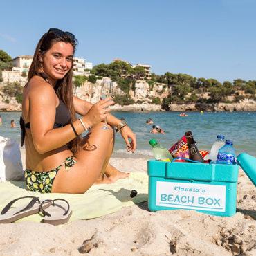 In Claudias Cafeteria in Porto Cristo werden Beach Boxen für die Zeit am Strand vermietet. Giulia Fortunato genießt es.