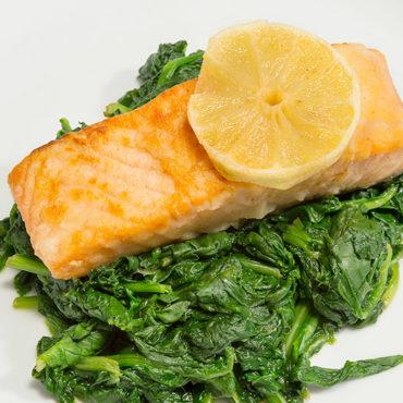 Der leichte Genuss: Ein Stück vom Lachs a la plancha auf frisch gekochtem Spinat.