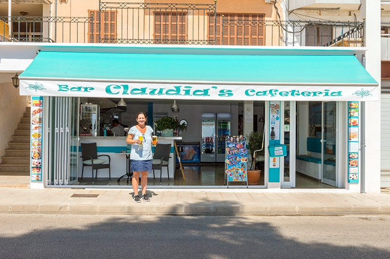 Claudia vor ihrer Cafeteria