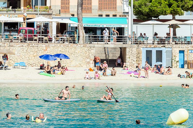 Nicht zu verfehlen: Claudia's Cafeteria auf der Promenade am Strand von Porto Cristo.