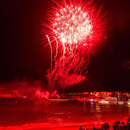 Feuerwerk in der Bucht zum Abschluss der Festwoche zu Ehren der Virgen del Carmen, Schutzpatronin von Porto Cristo. Von den Tischen der Cafeteria hat man den besten Blick.