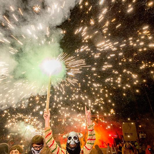 Feuerwerk der bösen Geister am Strand während der Festwoche zu Ehren der Virgen del Carmen, Schutzpatronin von Porto Cristo